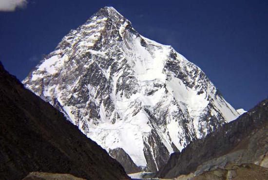 尼泊尔10名登山者成功登顶乔戈里峰