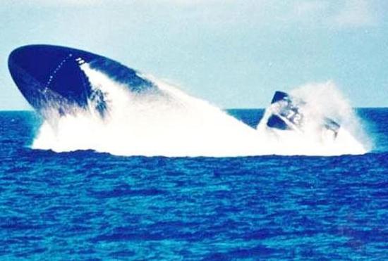 图为潜艇紧急上浮