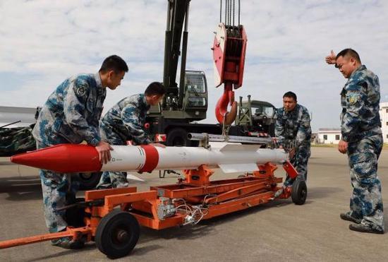 R-77导弹的吊装作业
