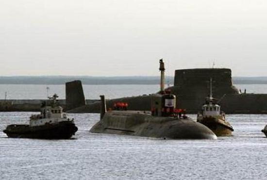 战略潜艇需要新的攻击式核潜艇的协同。图为俄新式战略潜艇和老式的台风级在一起