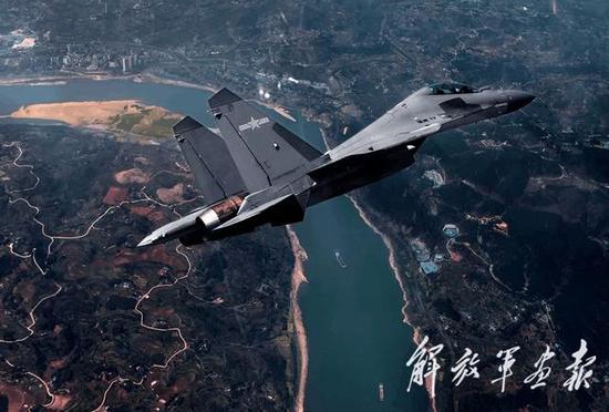 图片:这支部队的歼-16采用低可视度涂装