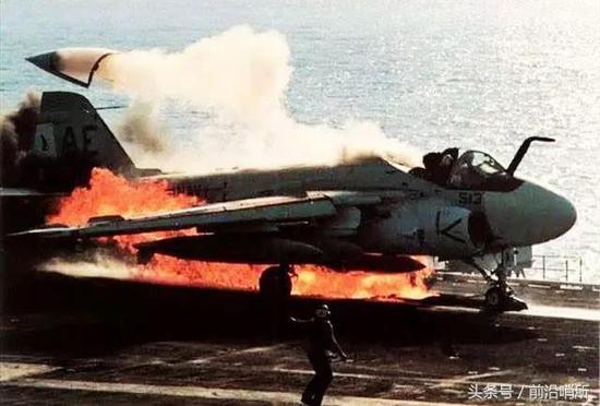 中国攻克航母一大关卡 飞行员安全顺利完成夜间起降