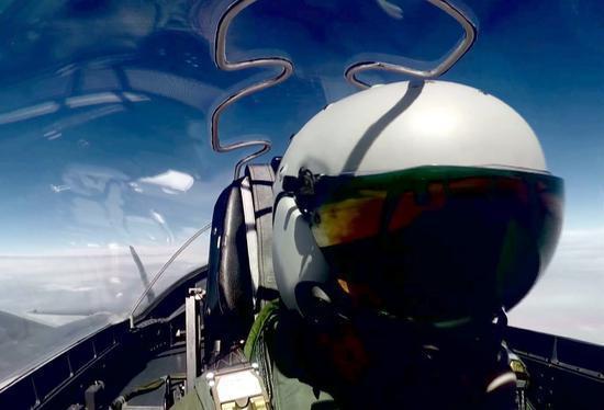 歼-20的头盔显示系统和f-35的第二代头盔显示系统的结构比较类似,光学