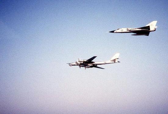 美军F-106正在拦截图-95轰炸机