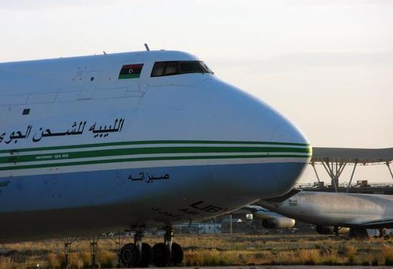 图为停留在基辅的安-124货机,注意驾驶舱旁的利比亚新国旗(三色旗)。