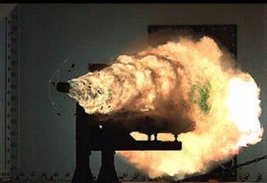 美國電磁炮陸地試射情景