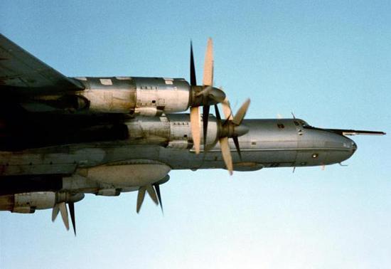 图-142机头特写