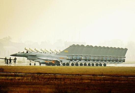 机场上一字排开的歼-10C数量可观