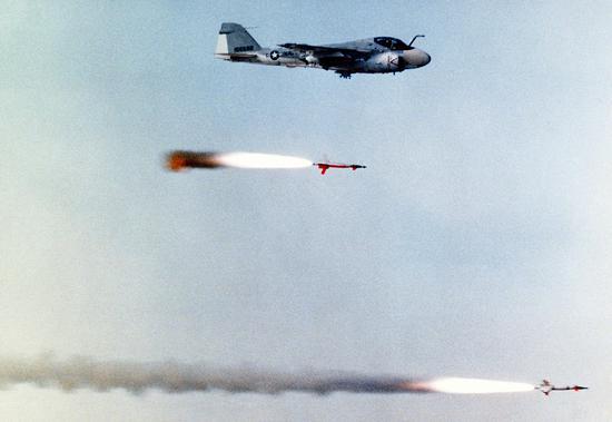"""图片:发射AGM-123""""船长""""导弹的A-6E攻击机。"""