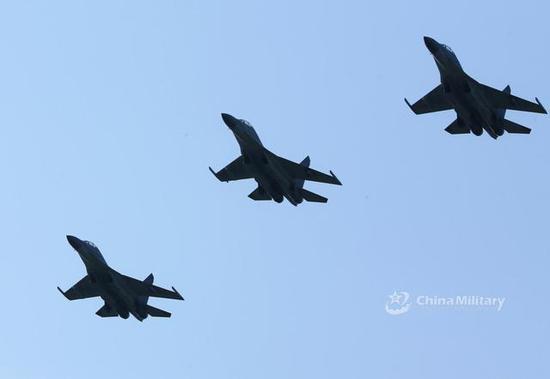 图片:歼-16三机编队,都挂有霹雳-10,军网英文站图片