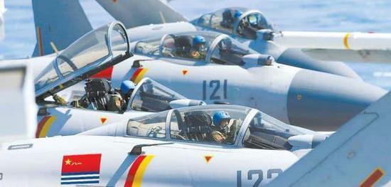 战机飞行员长途飞行渴了饿了怎么办 能在空中吃喝吗
