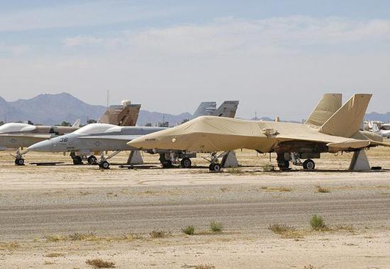 """图为在美国""""飞机坟场""""内保存的""""大黄蜂""""战斗机。"""