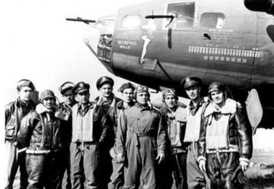 每架轰炸机上有10名飞行员,一旦被击落损失很大