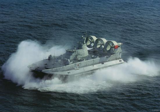 """资料图:中国海军""""野牛""""气垫船"""
