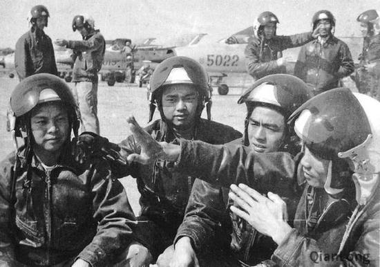 越南战斗机飞行员在交流战斗经验