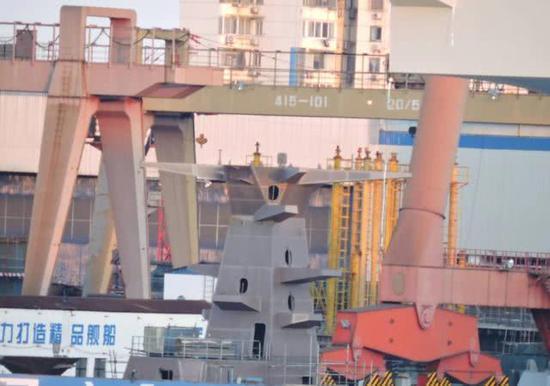 第2艘075两栖攻击舰舰岛模块曝光 随时等待吊装(图)