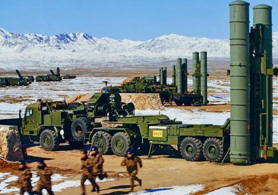 图为正在西北地区训练的中国S-300部队。