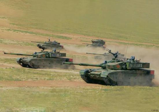 我大批99A坦克突现边境 36小时摩托化行军300多公里