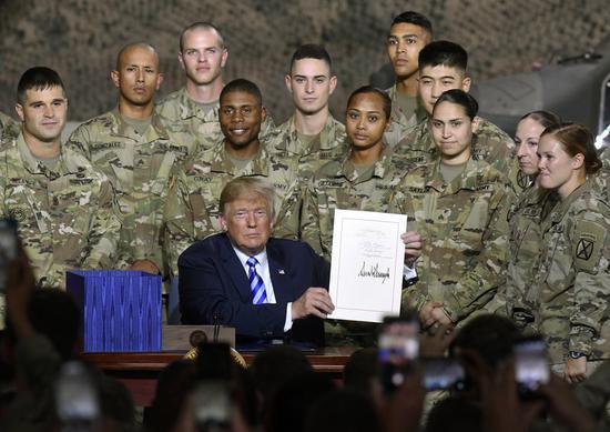 """特朗普签署""""国防授权法案"""" 炫耀美军""""有钱了"""""""