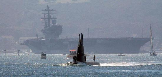 """瑞典海军""""哥得兰""""级潜艇与美国""""罗纳德·里根""""号航母"""