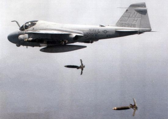图片:A-6E投掷MK-82激光制导炸弹。