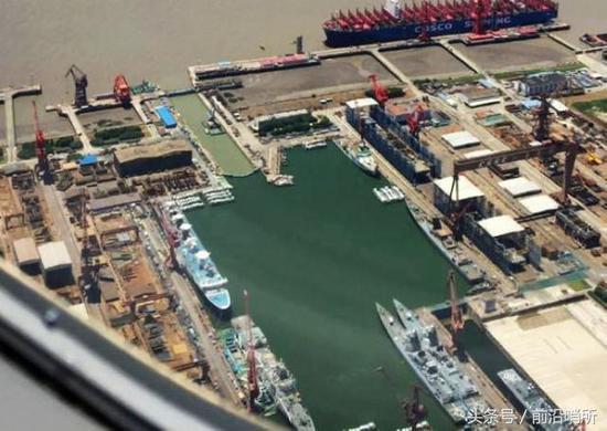江南造船厂照片,加长型052D位于照片中部右侧