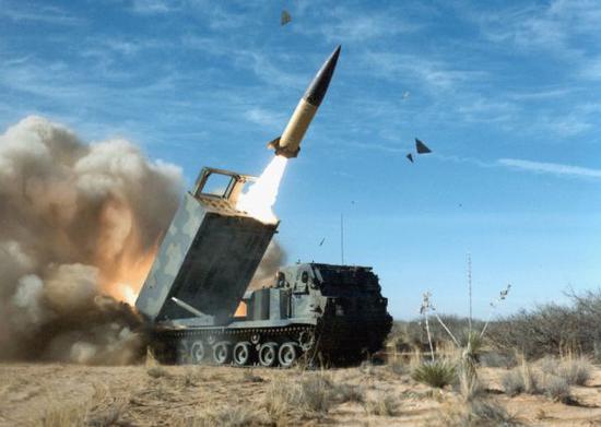 资料图片:美陆军M270多管火箭炮发射ATACMS战术导弹。(图片来源于网络)