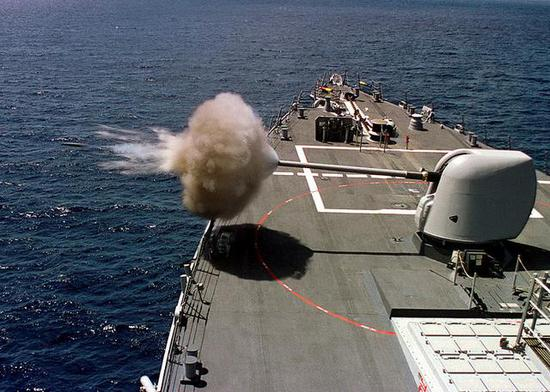 (图为DDG-65本福尔德号舰炮射击,这个抓拍的角度很棒啊)