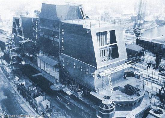 建造中的乌里扬诺夫斯克号