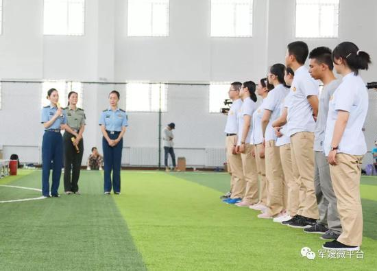 《军嫂》杂志社心理专家团队与东风中学学生。荣城摄