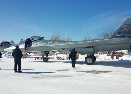 图为在莫斯科做公开展示的苏-57战斗机。