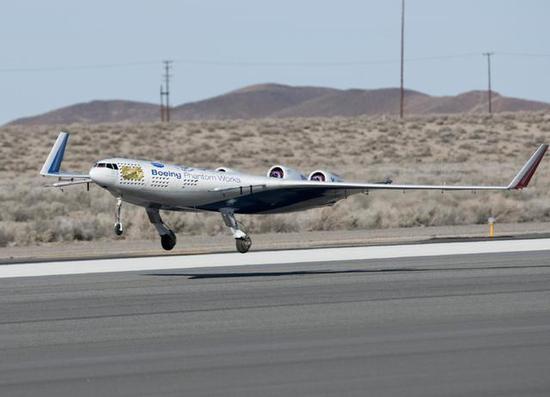 图为波音的X-48翼身融合体缩比验证机。