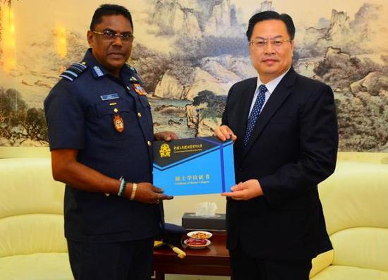 斯里兰卡司令获中国国防大学硕士学位 我大使颁证书银华富裕