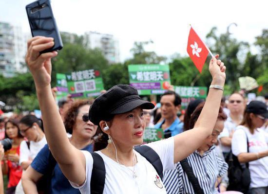 """香港市民在""""希望明天""""反暴力音樂集會上。(新華社記者吳曉初攝)"""