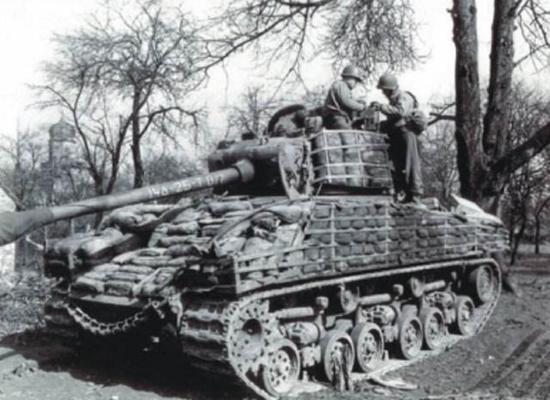 谢尔曼坦克挂满沙包