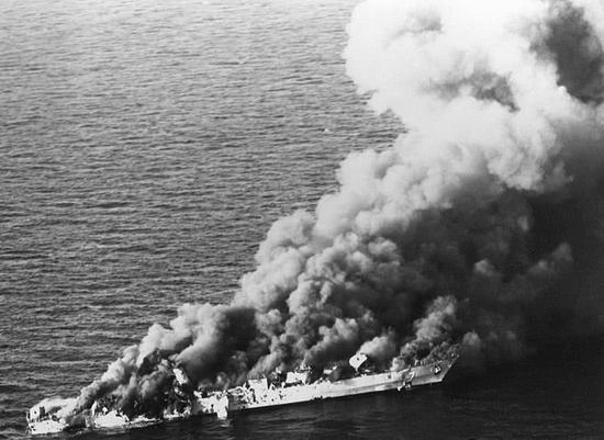 """图片:被彻底击毁的""""萨汉德""""号护卫舰。"""