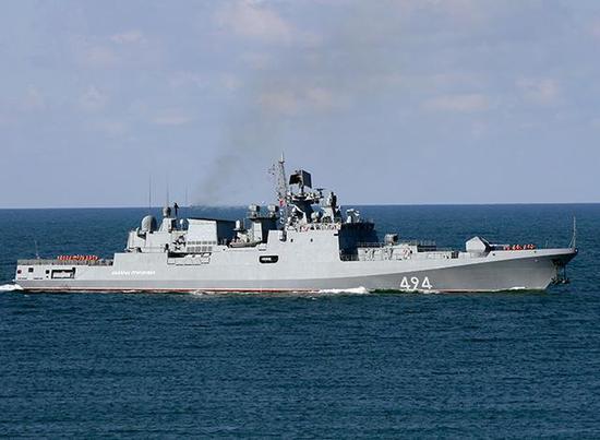 """图为在地中海上被拍摄到的俄黑海舰队护卫舰""""格里格罗维奇上将""""号。"""