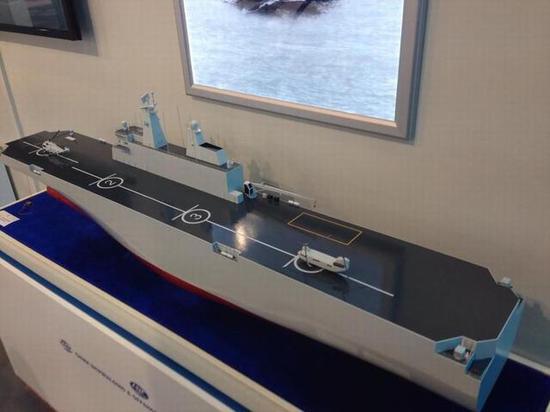 图片:中船集团展示的2万吨级外贸型两栖攻击舰模型