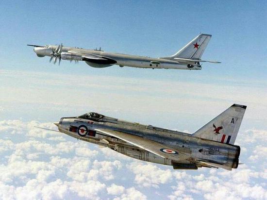 图片:在北海上空拦截图-95,挂着红头导弹