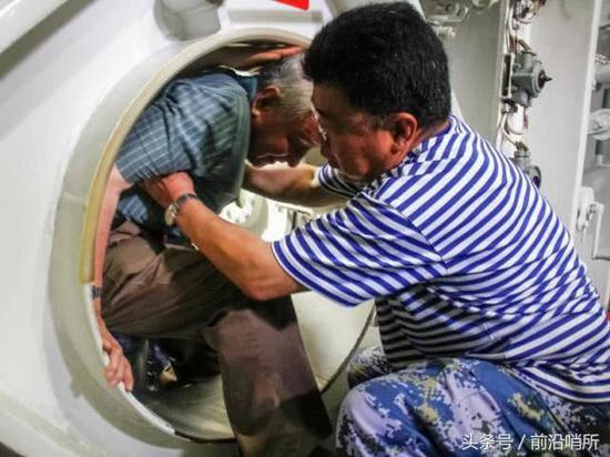 94岁高寿黄旭华穿过401核潜艇内水密门