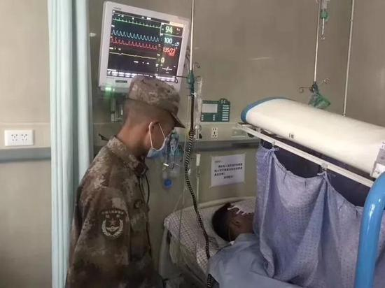 我军战士扫雷失去双手双眼后 还反过来安慰心理医生