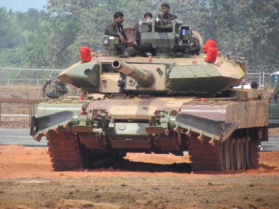 """印度""""阿琼""""Mk-1A主战坦克,加装有国产""""爆炸反应装甲""""。"""