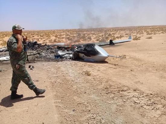翼龍2無人機被擊落,可以看到,飛機降落姿態平穩,并沒有完全失控