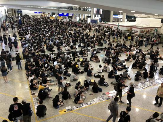 内地人被打 香港机场为何拦着警察不让进?