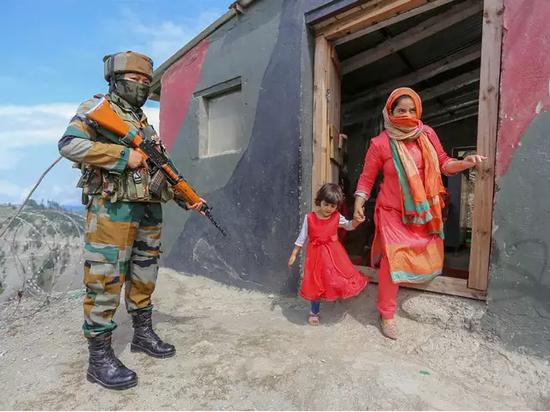 印度军队首次在巴基斯坦实控线附近部署女兵