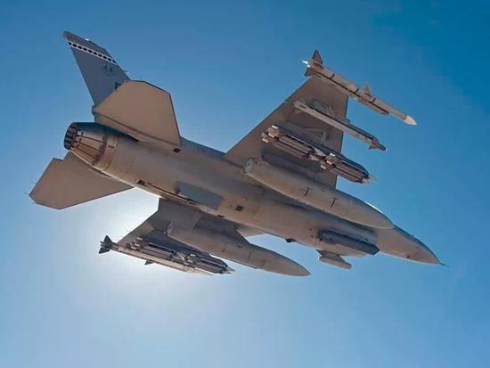 美国人的传统是,一架飞机多个用途,俄罗斯则是一架飞机一个用途