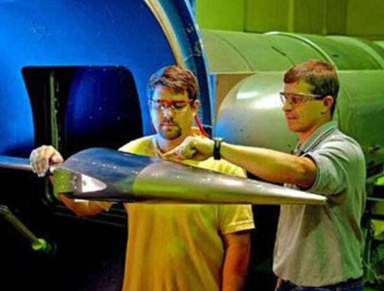 高超音速飞行器采用高升阻比的乘波体设计。图为进行风洞试验的美国HTV-2。