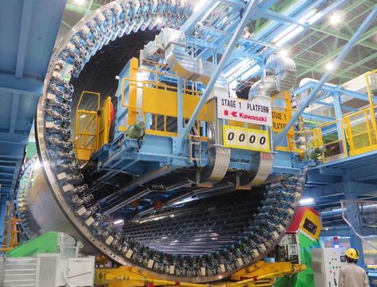 图为川崎的波音787机身生产线。