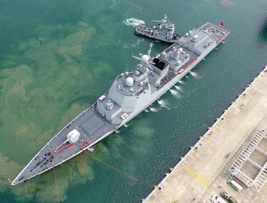 图为052D驱逐舰的俯视图。可以看到在舰舯部取消了大型反舰导弹固定发射箱