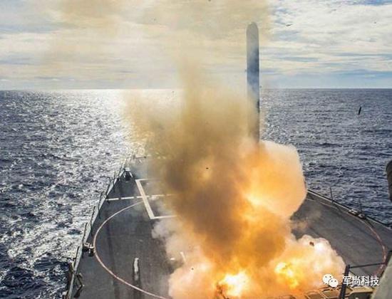 图为MK41垂直发射系统发射的战斧巡航导弹